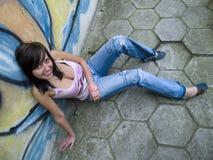 Ragazza sveglia sopra una parete dei graffiti Fotografie Stock