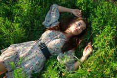 Ragazza sveglia sull'erba verde Fotografie Stock Libere da Diritti
