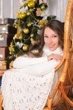Ragazza sveglia sulla poltrona nel christmastime immagine stock