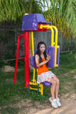 Ragazza tailandese asiatica con la macchina di esercizio in parco pubblico Fotografia Stock