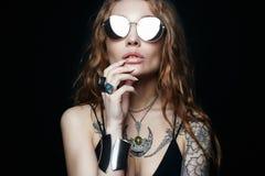ragazza tatuata bellezza in occhiali da sole e gioielli fotografie stock libere da diritti