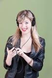 Ragazza Teenaged con il telefono tenuto in mano o l'audio unità Immagine Stock