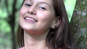 Ragazza teenager abbastanza sorridente video d archivio