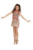 Ragazza teenager allegra nel breve salto del vestito da estate immagini stock