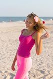 Ragazza teenager allegra sulla spiaggia Immagini Stock