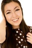 Ragazza teenager americana asiatica sorridente che esamina la macchina fotografica Fotografie Stock