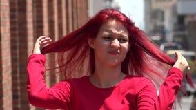 Ragazza teenager apatica e seria sul marciapiede urbano video d archivio