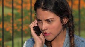 Ragazza teenager arrabbiata che discute sul telefono stock footage