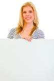 Ragazza teenager bella con il tabellone per le affissioni in bianco immagini stock libere da diritti