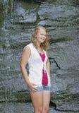 Ragazza teenager bionda all'aperto fotografie stock libere da diritti