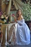 Ragazza teenager bionda in un vestito bianco Immagini Stock