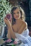 Ragazza teenager bionda in un vestito bianco Fotografia Stock