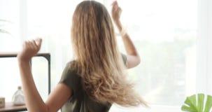 Ragazza teenager che balla a casa
