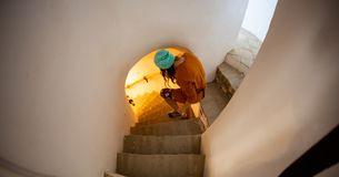 Ragazza teenager che cammina sulle scale che scoprono i nuovi segreti fotografia stock libera da diritti