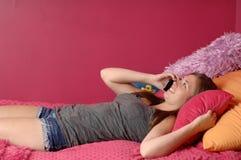 Ragazza teenager che comunica sul telefono Immagini Stock