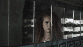 Ragazza teenager che esamina la sua riflessione nei frammenti dello specchio sulla parete la via Molti specchi e depressione tris video d archivio