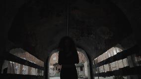 Ragazza teenager che esamina la sua riflessione nei frammenti dello specchio sulla parete la via Molti specchi e depressione tris stock footage