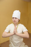 Ragazza teenager che fa esercizio di yoga in palestra Immagini Stock