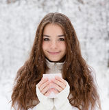 Ragazza teenager che gode di grande tazza della bevanda calda durante il giorno freddo fotografie stock libere da diritti