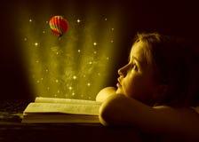 Ragazza teenager che legge il libro. Istruzione fotografia stock