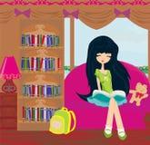 Ragazza teenager che legge un libro Immagini Stock