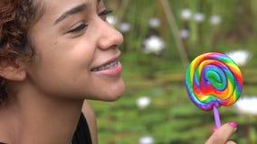 Ragazza teenager che mangia lecca-lecca archivi video
