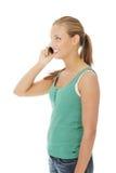 Ragazza teenager che per mezzo del telefono delle cellule. Fotografia Stock Libera da Diritti