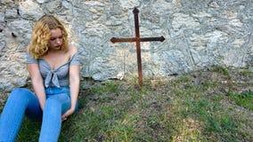 Ragazza teenager che si siede dalla tomba fotografia stock libera da diritti