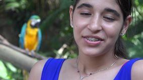 Ragazza teenager che sorride con il pappagallo archivi video