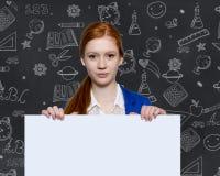 Ragazza teenager che tiene un segno con copyspace per gli annunci Fotografia Stock Libera da Diritti