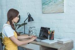 ragazza teenager che usando computer portatile e tavola con il risparmio immagine stock libera da diritti
