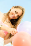 Ragazza teenager con i palloni variopinti Fotografia Stock