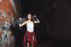 Ragazza teenager con il bordo del pattino, stile di vita urbano Immagini Stock Libere da Diritti