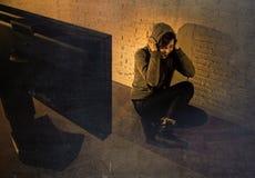 Ragazza teenager con il cyberbullismo di sofferenza abusato cyber di Internet del computer disperato nel timore Immagini Stock