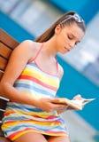 Ragazza teenager con il libro Fotografie Stock Libere da Diritti