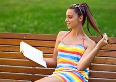 Ragazza teenager con il libro Fotografie Stock