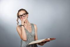 Ragazza teenager con il libro Fotografia Stock
