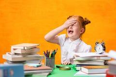 Ragazza teenager con il lotto dei libri Fotografia Stock