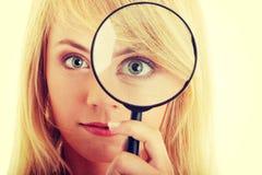 Ragazza teenager con il magnifier immagini stock