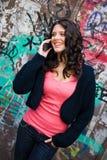 Ragazza teenager con il telefono mobile Fotografia Stock Libera da Diritti