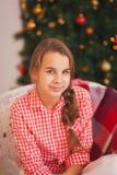 Ragazza teenager con le trecce in una camicia di plaid rossa Immagini Stock
