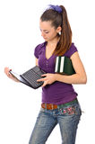 Ragazza teenager con netbook ed i libri Immagine Stock