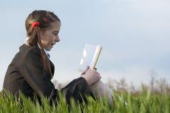 Ragazza teenager con un libro giallo Fotografia Stock Libera da Diritti