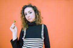 Ragazza teenager con un Lollipop   Immagine Stock