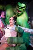 Ragazza teenager dei tussauds di signora del museo delle statue di cera dell'incredibile Hulk che posa con il modello 100% Immagine Stock Libera da Diritti