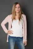 Ragazza teenager del portatore con capelli lunghi in studio Fotografia Stock
