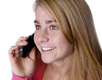 Ragazza teenager del primo piano teenager sul telefono delle cellule sulla parte posteriore di bianco Fotografia Stock Libera da Diritti