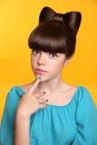 Ragazza teenager di modo di bellezza con l'acconciatura dell'arco e il manicu colourful immagini stock libere da diritti
