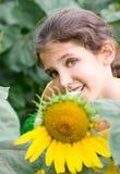 Ragazza teenager e girasole di bellezza Fotografie Stock