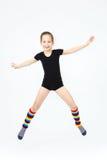 Ragazza teenager esile che fa ballo di ginnastica nel salto sul bianco Fotografia Stock Libera da Diritti